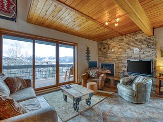 Walk to lifts at this mountain view condo w/ shared saunas & grill!