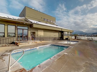 Cozy condo w/ a shared pool, hot tub, racquet sports, steam room, & more