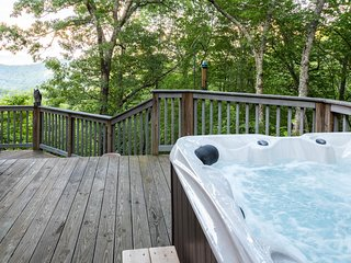 Dog-friendly house w/ gorgeous mountain views, deck & hot tub!