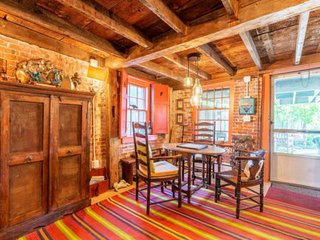 Colonial Oasis in the heart of Historic Sailing Village: off street parking