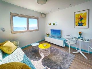 Moderno estudio junto a la playa con preciosas vistas al mar