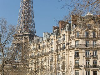 UNIQUE PARISIAN TREAT IN THE SHADOW OF THE EIFFEL