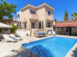 Villa Rosalie, 4 Bed, Hot Tub, Heated Pool, Kids Play Area, 4 Min Walk To Sea