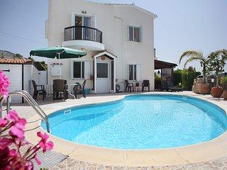 Villa with priv. pool, beautiful garden and shady veranda - 5 min to the beach