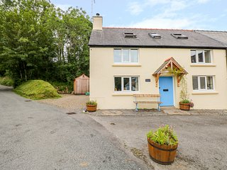 1 MILL FARM COTTAGES, WiFi, woodburning stove, in Narberth