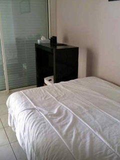 lit double avec matelas récent de grande qualité