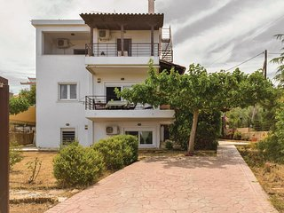 Awesome home in Xylokastro w/ 4 Bedrooms