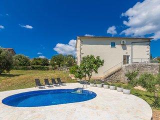 Salatic Holiday Home Sleeps 8 with Pool Air Con and WiFi - 5789121