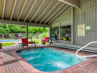 Comfy condo near skiing & town w/ access to a shared pool, hot tub, & rec room