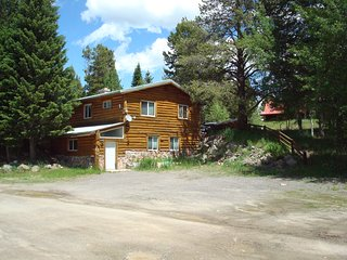 NEW LISTING!! ** 8 miles to Yellowstone! Parking area for toys! Fireplace, Grill