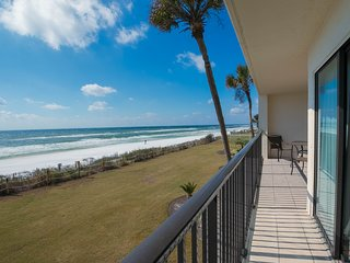 Waterfront condo w/gulf views, private balcony and outdoor pool