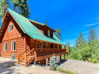 Peaceful, family-friendly log cabin w/ private hot tub & deck