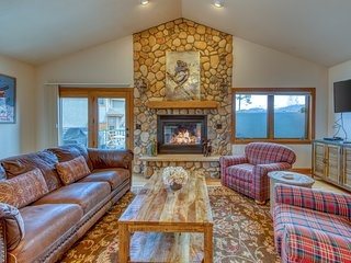Stunning townhome w/ a private hot tub & a Rocky Mountain view