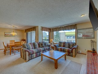 In-town condo near the slopes w/ shared hot tub & recreation center!