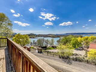 Large, open villa with views of Banks Lake, private balcony & boating access
