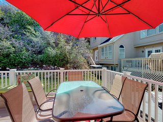 Recently updated townhome w/ a private hot tub, deck, & wet bar - bus to slopes!