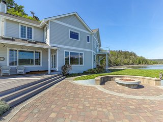 Family-friendly, beachfront home w/ patio, balcony & firepit