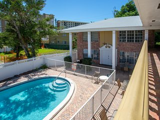 Beachy, 10-condo property w/ private pool, 1 block to beach - great for groups!
