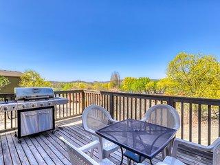 Sunbanks villa w/lake views, private grill + close proximity to dam