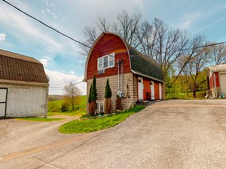 Peaceful farm retreat w/ jetted tub & electric fireplaces - close to attractions