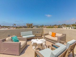 Entire duplex 3 blocks from the beach w/ roof deck & bikes - dogs welcome!