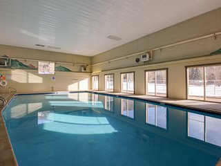Cozy condo in a great location w/ shared pool, hot tub & tennis courts!
