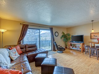 Mountain condo w/ a private balcony, shared pool, hot tub, & sports courts