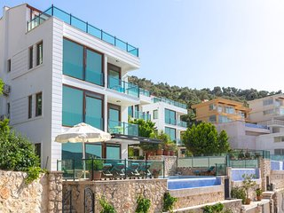 Villa Hera, 5 en-suite bedrooms, great sea views, 400m to beach club