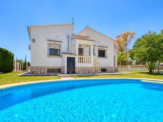 6 bedroom Villa with Air Con, WiFi and Walk to Beach & Shops - 5044390
