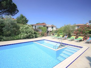 4 bedroom Villa with Pool, Air Con, WiFi and Walk to Shops - 5060312