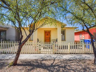 Great downtown Tucson location w/ a full kitchen, enclosed yard, & gas grill