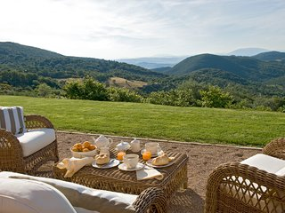 Antognola Chateau Sleeps 8 with Pool and Air Con - 5048961