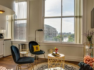 Historic building on the river w/ downtown views - close to everything!