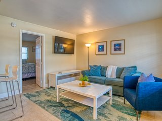 Pet friendly condo w/shared pool, close to beach!