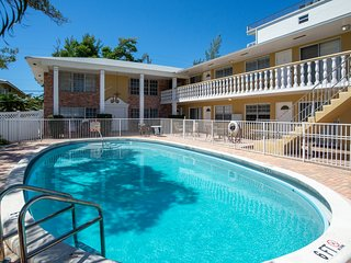 Poolside studio w/ private balcony, close proximity to beach