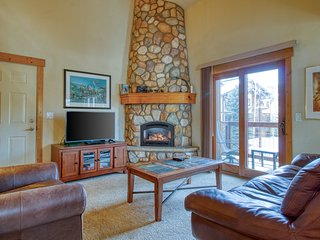 Spacious two-story condo w/ a shared hot tub, furnished balcony, & gas fireplace