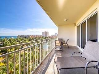 Condo close to the beach w/ shared grill, snack bar & pool - Gulf views!