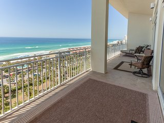 Stylish family-friendly penthouse condo w/ shared pool & balcony - gulf views!