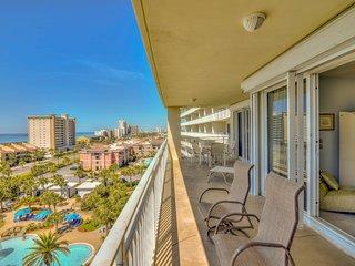 Large beach condo w/ beach access, shared pool & balcony - walk to the beach!