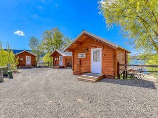 Adorable dry cabin on the shores of Banks Lake w/ a private porch & BBQ