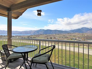 Private, top floor loft w/ views of the valley & two lakes - dogs ok!