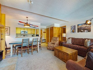 Spacious Center Village suite w/ private sunroom & shared hot tub - walk to lift