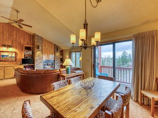 Comfortable condo near downtown w/ deck, grill & shared hot tub!