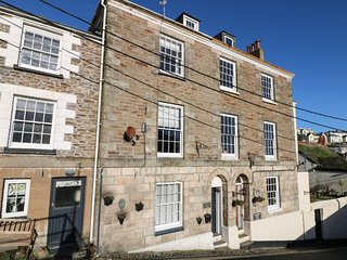 TREGONEY HOUSE, traditional town house, dogs welcome, four en-suite bathrooms