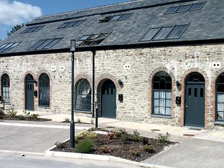 16 BRUNEL QUAYS, family friendly, character holiday cottage, with a garden in