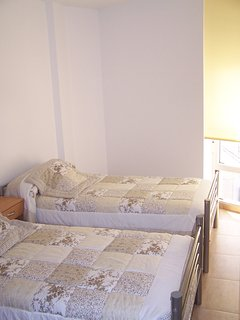 Dormitorio con vistas al mar.