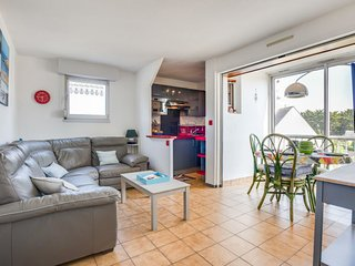 2 bedroom Apartment with WiFi and Walk to Beach & Shops - 5808131