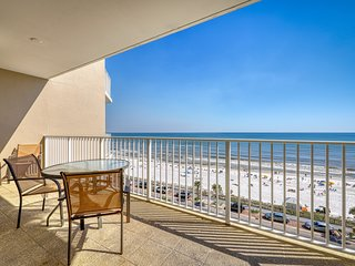 Seventh floor condo just steps from the beach w/ shared pools & free WiFi!