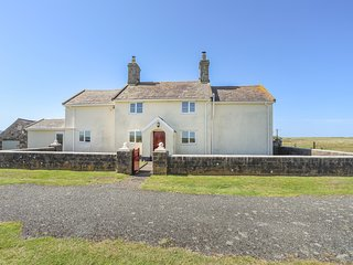 WARREN FARMHOUSE, 4 Bedroom(s), Pet Friendly, Llanwnda