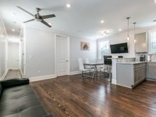 Elegant 2BR in Downtown by Hosteeva